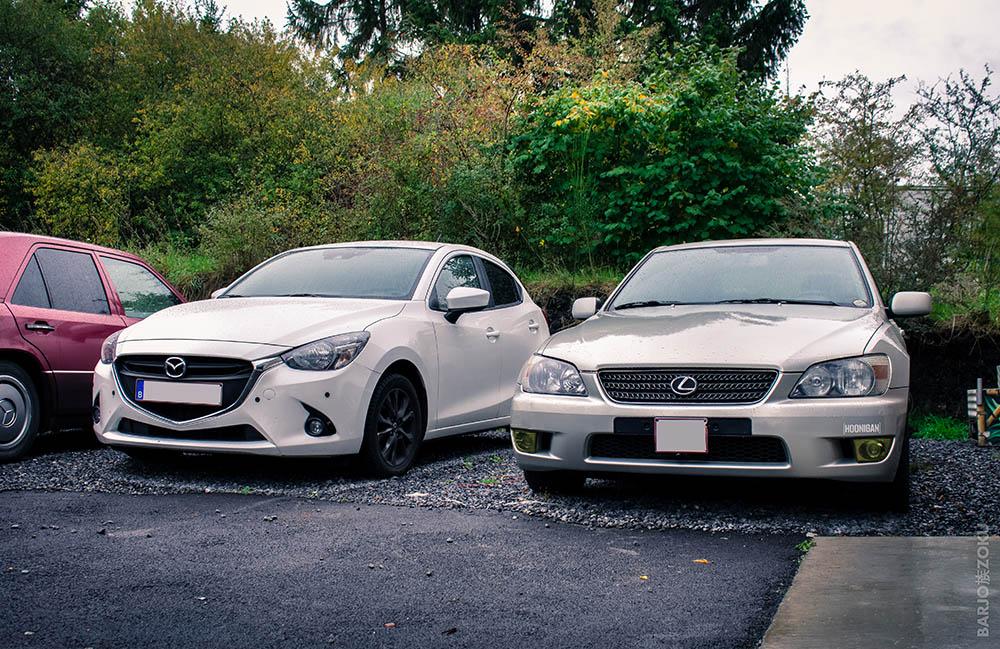 Mazda 2 et Lexus IS300