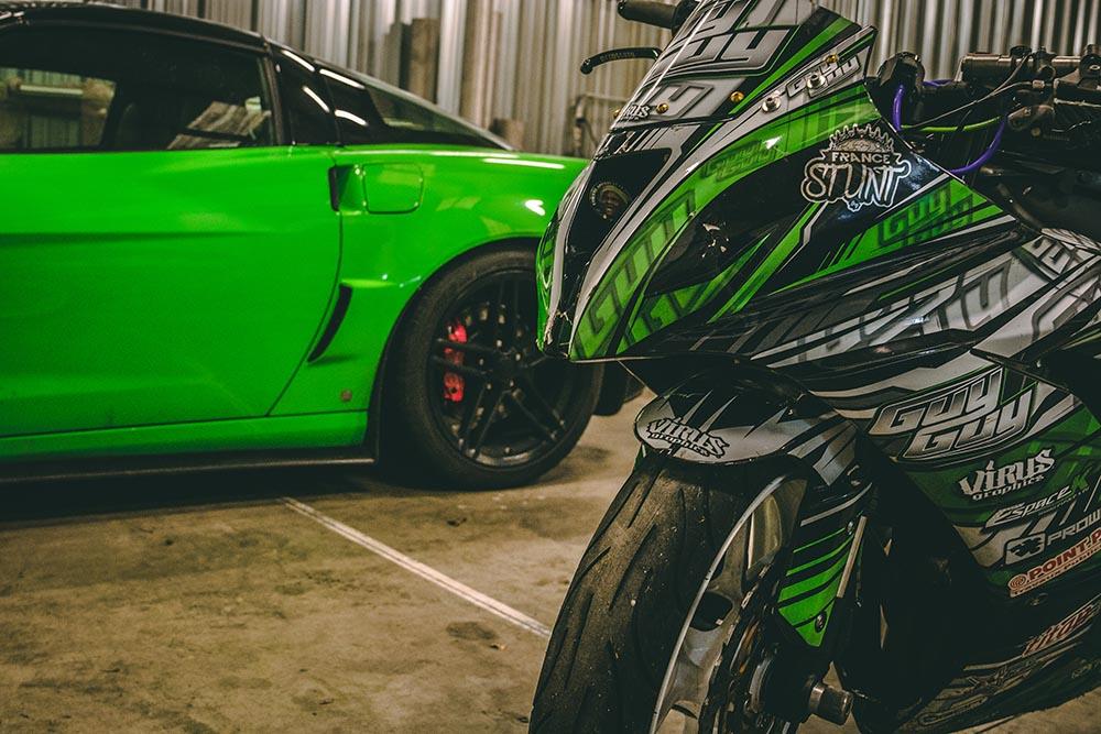 Moto de stunt et Corvette